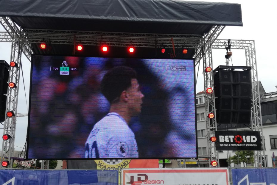 groot LED scherm bij een evenement